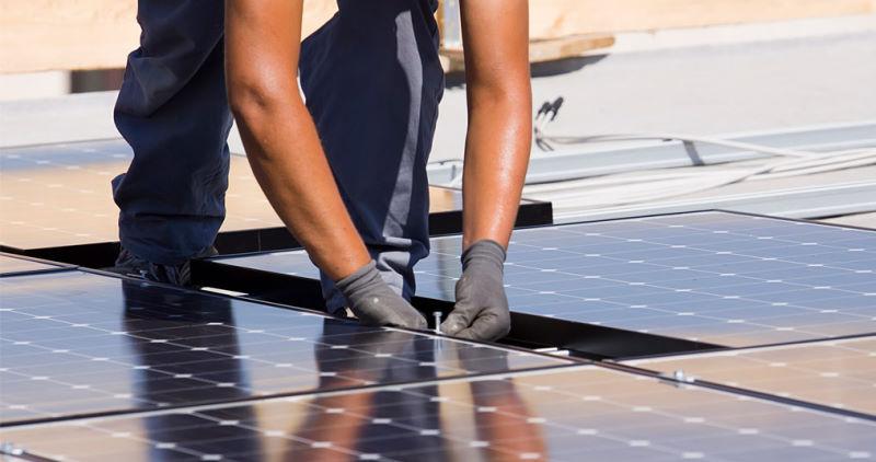 Infografía de la instalación de sistemas fotovoltaicos autónomos